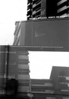 Fenster einer Stadt: Meines Wissens immer am Sonntag